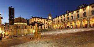 ITALIA, TOSCANA, AREZZO: Piazza Grande (dal 1911 piazza Giorgio Vasari) con l'abside della Pieve di Santa Maria, la facciat del Palazzo di Fraternita e il Palazzo delle Logge.